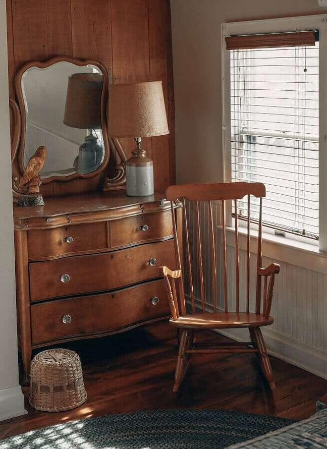7. Decoração de quarto com cadeira de balanço e cômoda antiga de madeira – Foto: Unsplash