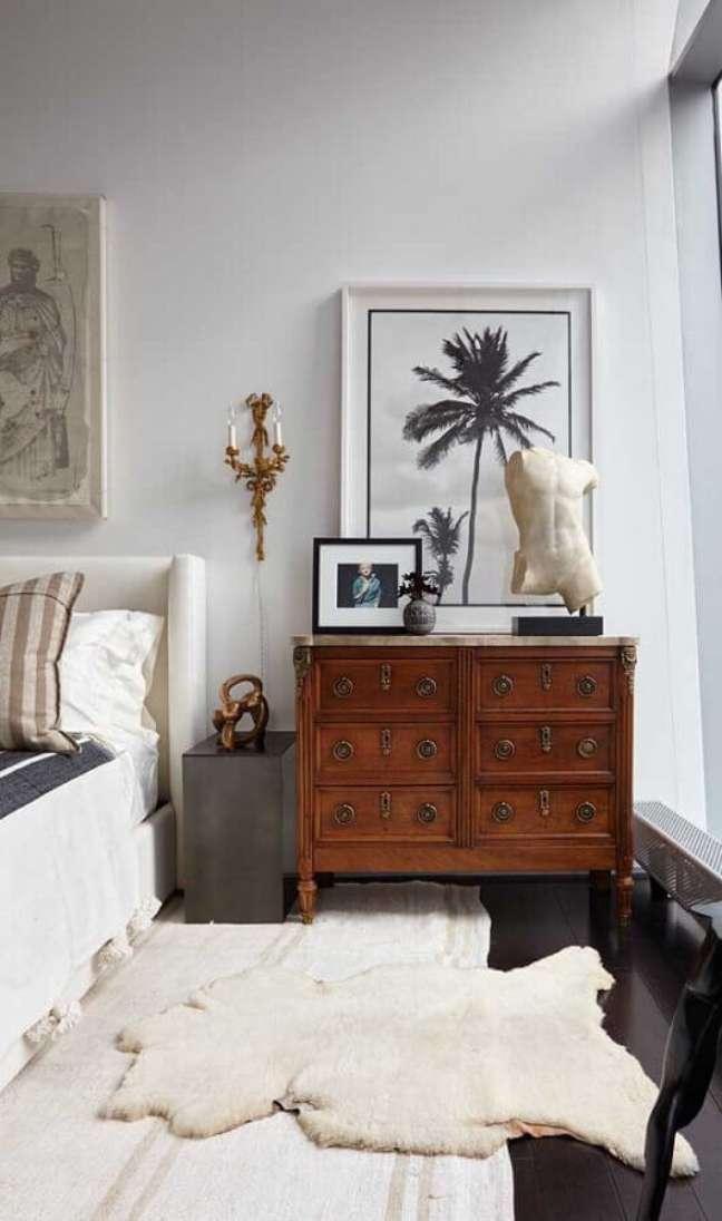 20. Cômoda antiga de madeira para decoração de quarto de casal com cabeceira estofada – Foto: UniBrokers Imóveis