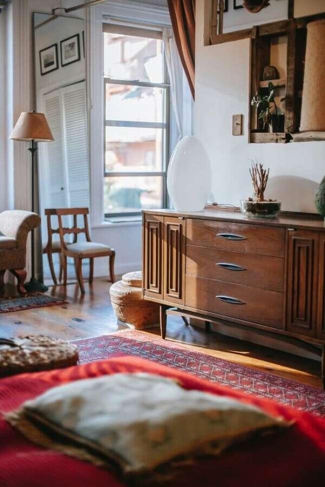 17. Cômoda antiga de madeira para decoração de quarto com abajur de chão – Foto: Pexels
