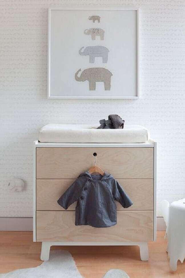 22. Cômoda de bebê madeira para quarto clean decorado com papel de parede delicado – Foto: Deavita