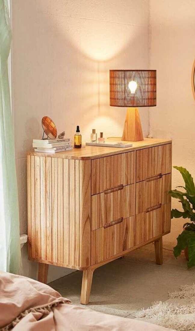 50. Decoração de quarto em cores neutras com cômoda antiga de madeira – Foto: Decor Fácil