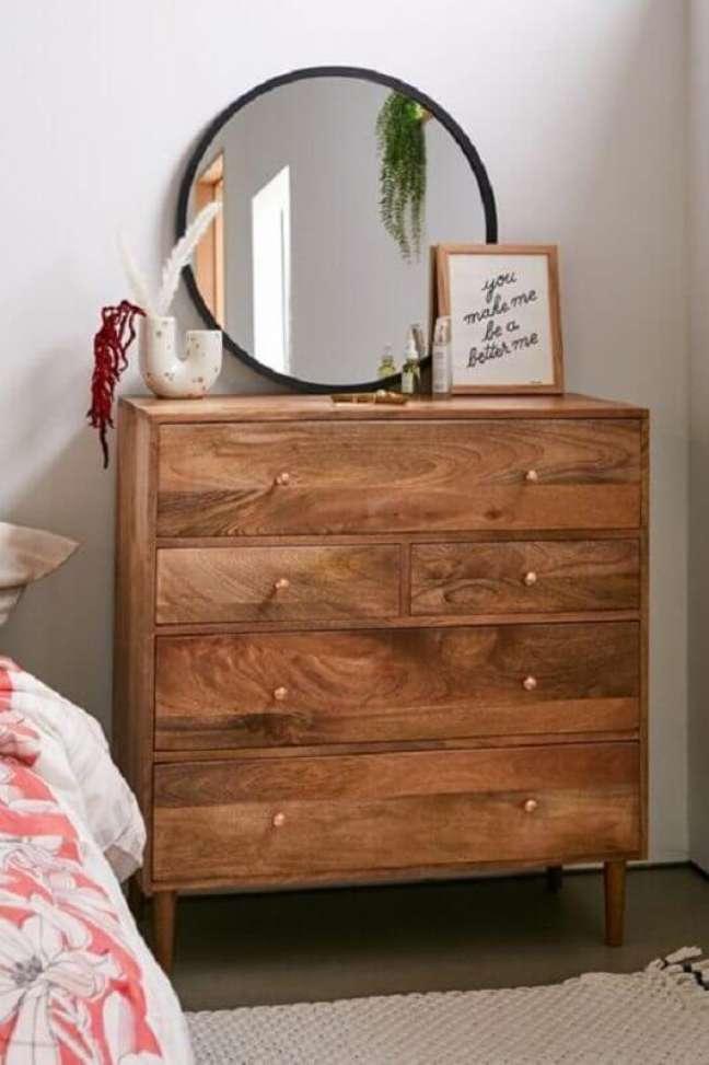 21. Cômoda antiga de madeira para quarto simples decorado com espelho redondo – Foto: Urban Outfitters