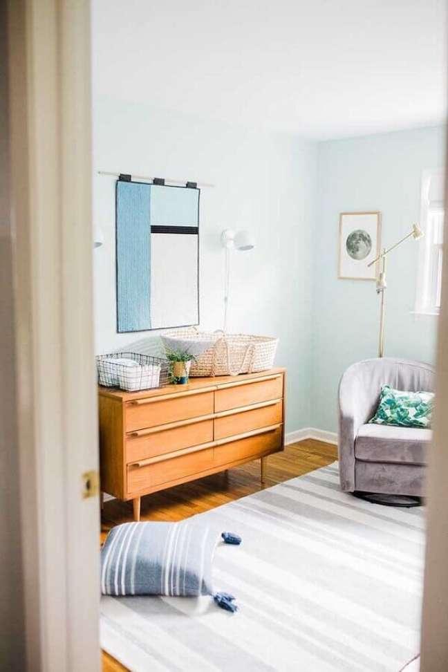 23. Cômoda de bebê madeira para quarto decorado com poltrona cinza – Foto: Leah Phillips Interiors