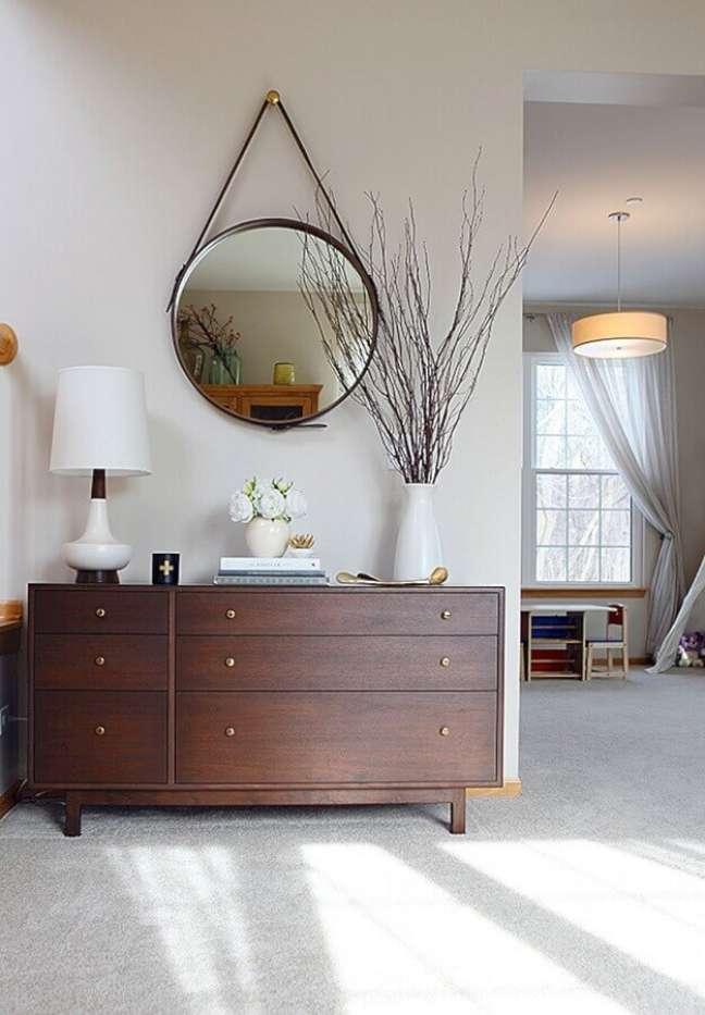 14. Abajur branco para quarto clean decorado com cômoda de madeira e espelho Adnet – Foto: House Of Hipsters Home Decor