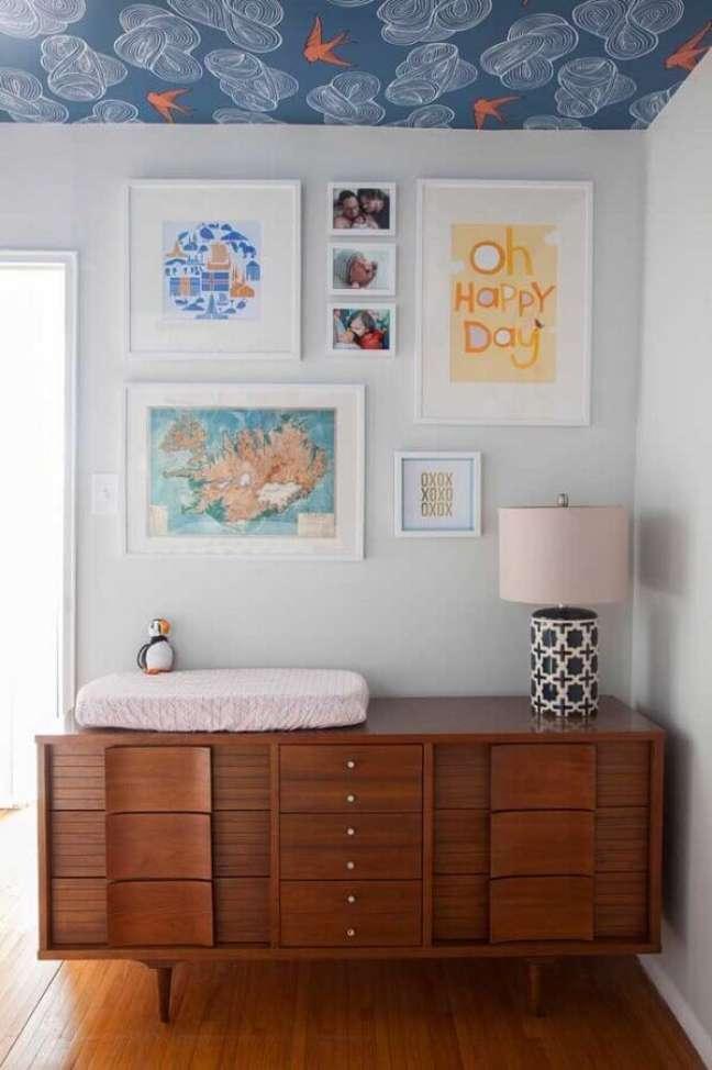 51. Decoração de quarto infantil com papel de parede no teto e cômoda antiga de madeira – Foto: Dina Holland
