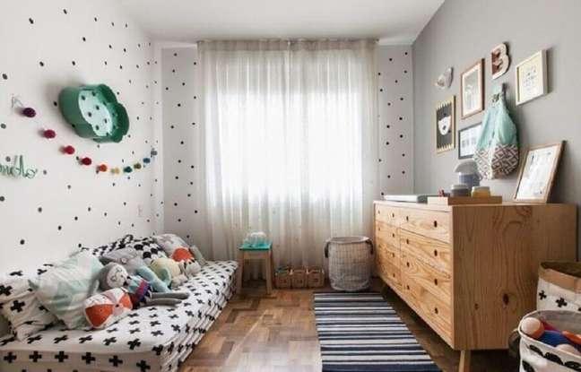 40. Cômoda de madeira retrô para decoração de quarto infantil simples – Foto: Gabi Marques