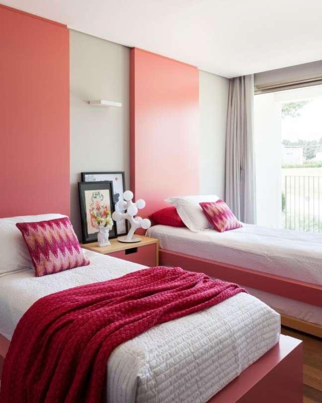 5. Como escolher colchão: Quarto decorado com branco e rosa e colchões de solteiro – Foto Consuelo Jorge