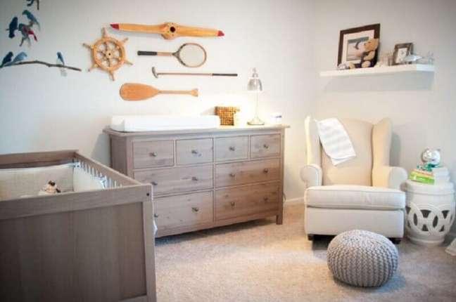 27. Cômoda de madeira maciça para quarto de bebê decorado com puff de crochê e poltrona de balanço – Foto: Happy Modern