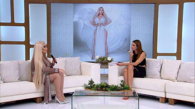 Jéssica Alves, ex-Ken Humano, durante entrevista para Luciana Gimenez, na Rede TV!
