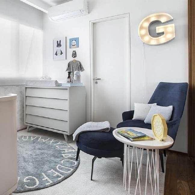 62. Quarto de bebê moderno decorado com cômoda de madeira branca e poltrona azul marinho – Foto: Ameise Design