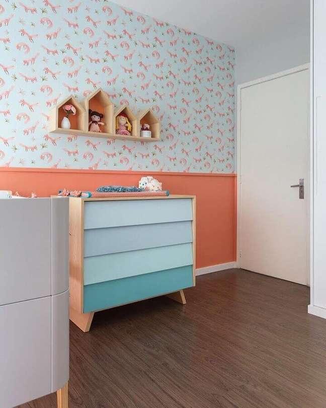 25. Cômoda de madeira com gavetas azuis para decoração de quarto de bebê com papel de parede infantil – Foto: Projeto Bem Bolado