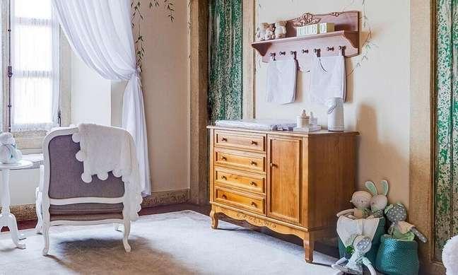 43. Decoração clássica para quarto de bebê com cômoda antiga de madeira – Foto: Grão de Gente
