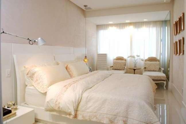 6. Como escolher colchão: Quarto de casal com roupa de cama bege e chique – Foto Nagila Andrade