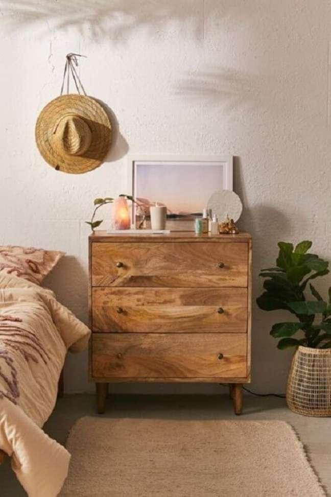 6. Decoração de quarto simples com cômoda de madeira rústica – Foto: Casa Tres Chic