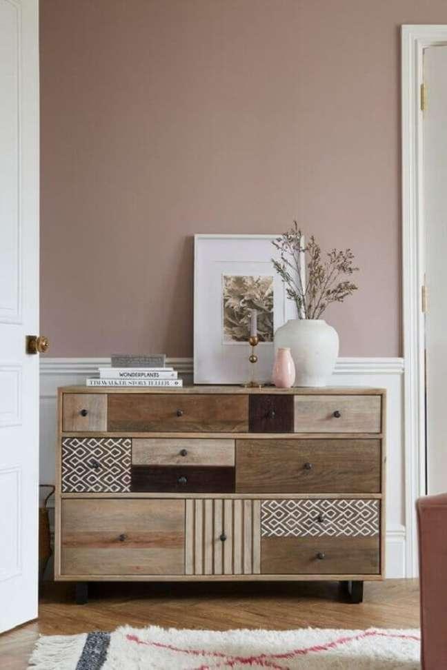 5. Modelo de cômoda de madeira com gavetas de tamanhos diferentes – Foto: Next.co