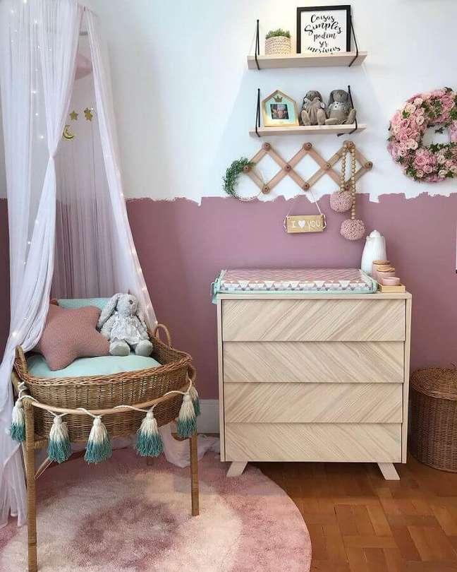 12. Quarto de bebê feminino decorado com meia parede pintada e cômoda de madeira pequena – Foto: Kids Arquitetura