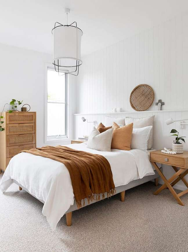 58. Quarto branco simples decorado com cômoda de madeira pequena – Foto: Adore Home Magazine