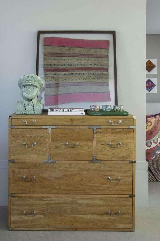 64. Quarto decorado com cômoda antiga de madeira – Foto: Triplex Arquitetura