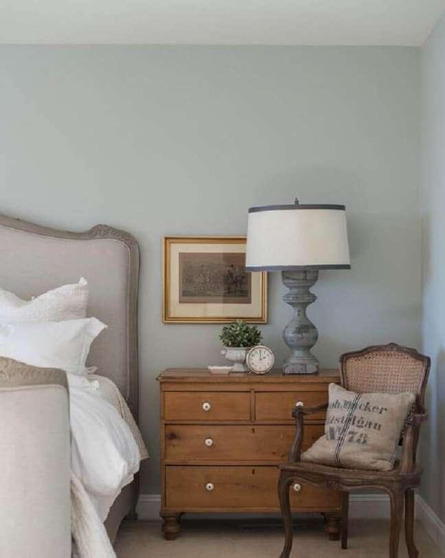 42. Decoração clássica para quarto cinza com cômoda de madeira antiga – Foto: Mustard Seed Interiors