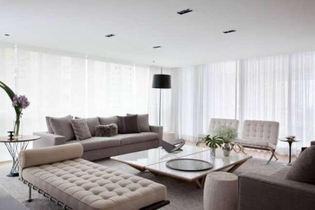 8. Almofadas grandes para sofá cinza e moderno – Foto Patricia Martinez