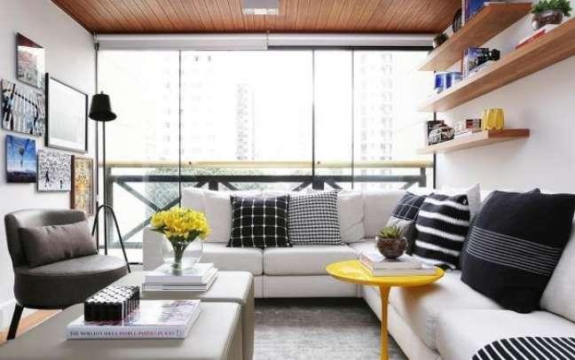 41. Sala de estar moderna com almofadas grandes em preto e branco – Foto Now Arquitetura