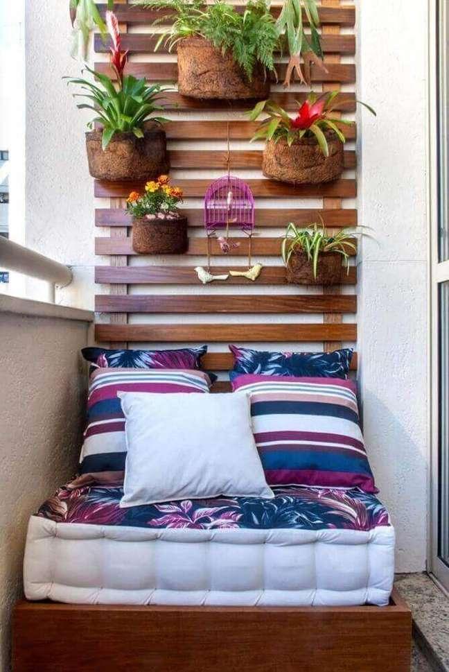 52. Varanda com cantinho de sofá e almofadas grandes – Foto Milena Aguiar