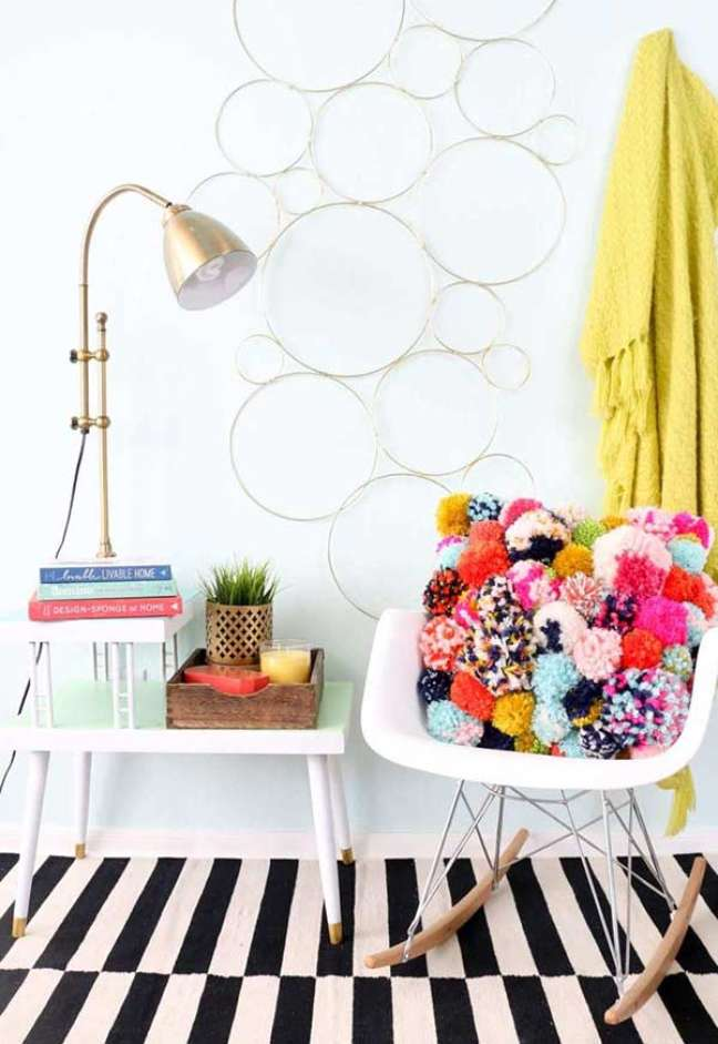 26. Poltrona branca de balanço decorada com almofadas grandes de pompom – Foto My Desire Home