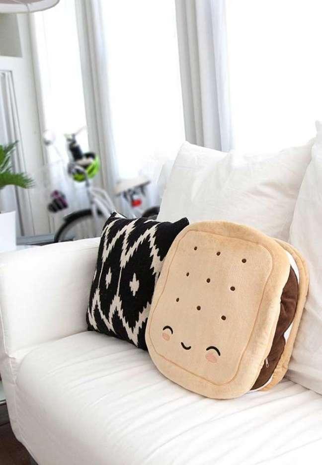 39. Sala de estar com sofá branco e almofadas grandes – Foto Amazon