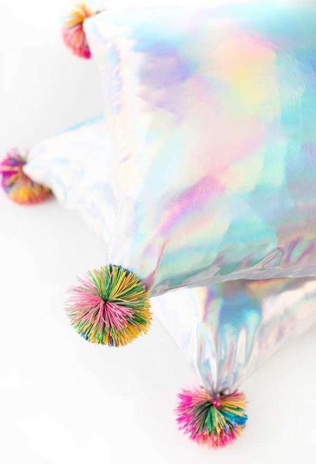 20. Decoração com almofadas grandes e de tecido holográfico – Foto Jeff Mindell Blog Studio DIY