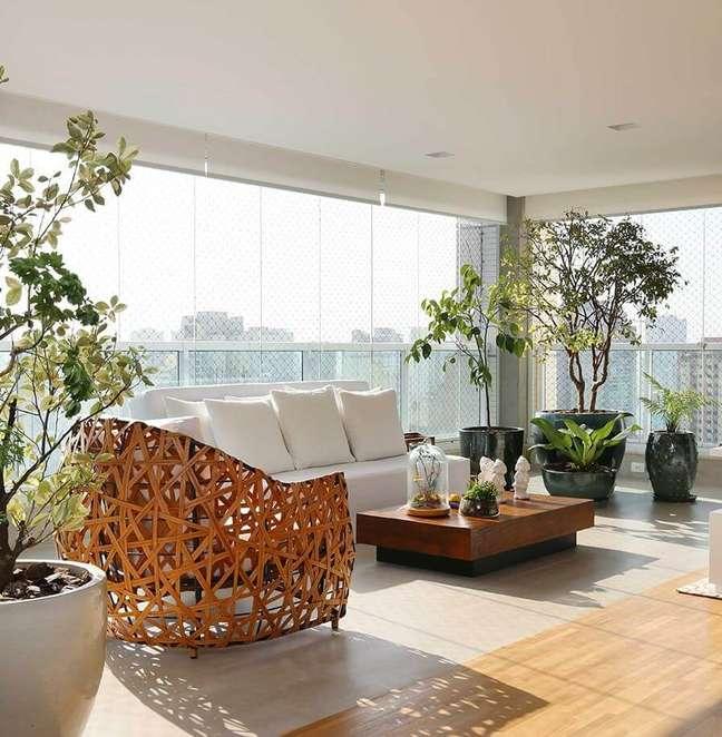 53. Varanda moderna com cortina de vidro e sofa com almofadas grandes -Foto Triarq