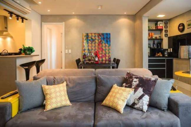 47. Sofá com almofadas grandes e estampadas – Foto Braccini Lima Arquitetura