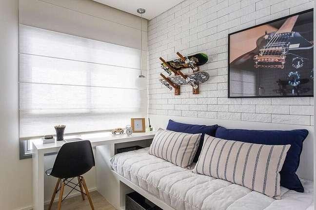 45. Parede tijolinho branco para decoração de quarto masculino pequeno – Foto: Sesso & Dalanezi Arquitetura