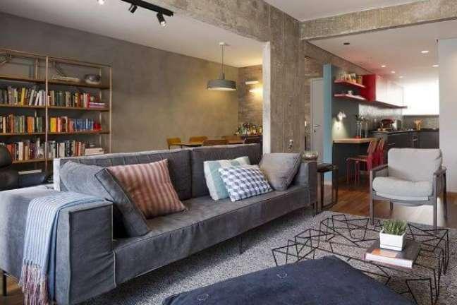 40. Sala de estar decorada com almofadas grandes e sofá cinza – Foto DT Estudio