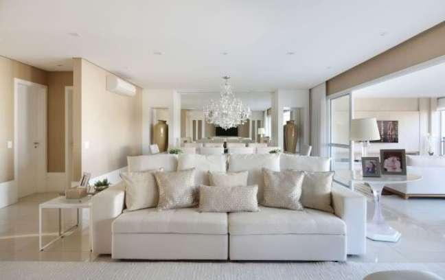 46. Sofá clássico com almofadas grandes em bege e brilhante – Foto Monise Rosa