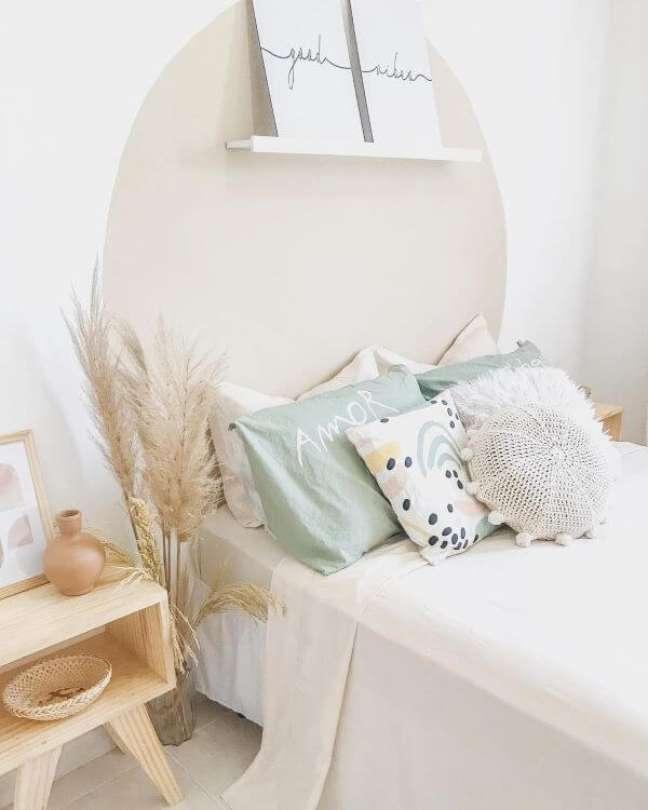33. Quarto aconchegante com almofadas grandes – Foto Yeda Home