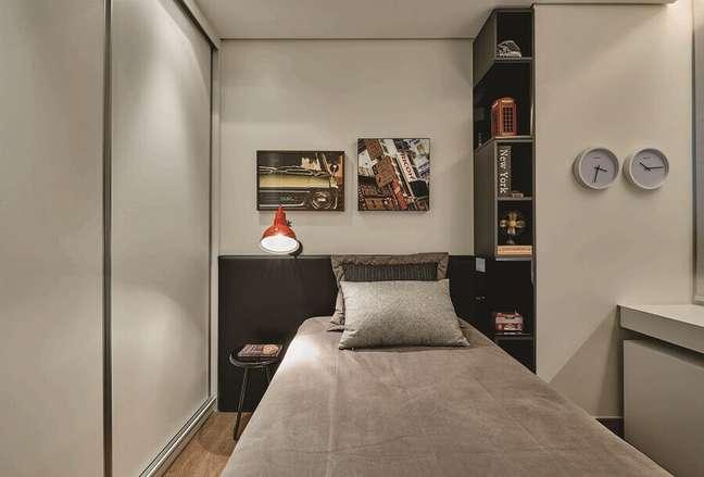 27. Decoração em tons de cinza para quarto masculino pequeno com moveis planejados – Foto: Amis Arquitetura e Design