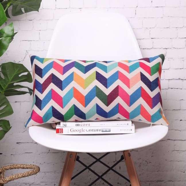 25. Poltrona branca com almofadas grandes e coloridas – Foto Comfy Queens