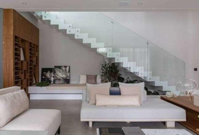 2. Sofá com almofadas grandes modernas – Foto Alex Bonilha
