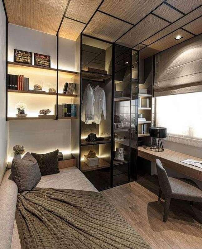 17. Decoração de quarto masculino moderno pequeno com guarda roupa com portas de vidro – Foto: Amanda Sarmento