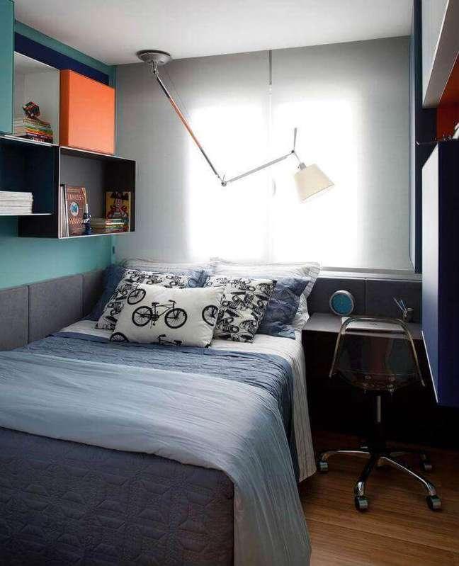 6. Luminária articulável para decoração de quarto masculino pequeno – Foto: Ana Moretti Arquitetura
