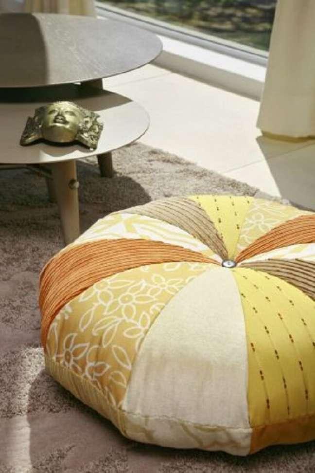 57. Almofadas grandes de retalhos para sala de estar moderna – Foto Paulo Bau UOL