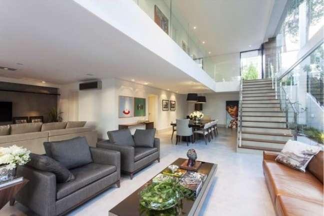 37. Sala com poltronas e almofadas grandes – Foto Sq Arquitetor Associados
