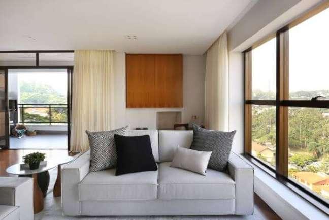 44. Sofá 3 lugares com almofadas grandes para encosto de sofá em tons neutros – Foto Degradê Decoração