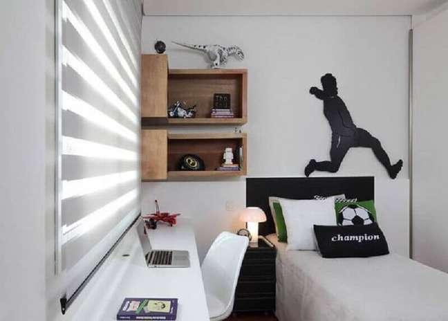 30. Decoração simples para quarto masculino pequeno todo branco com nichos de madeira – Foto: Rocha Andrade Arquitetura e Interiores