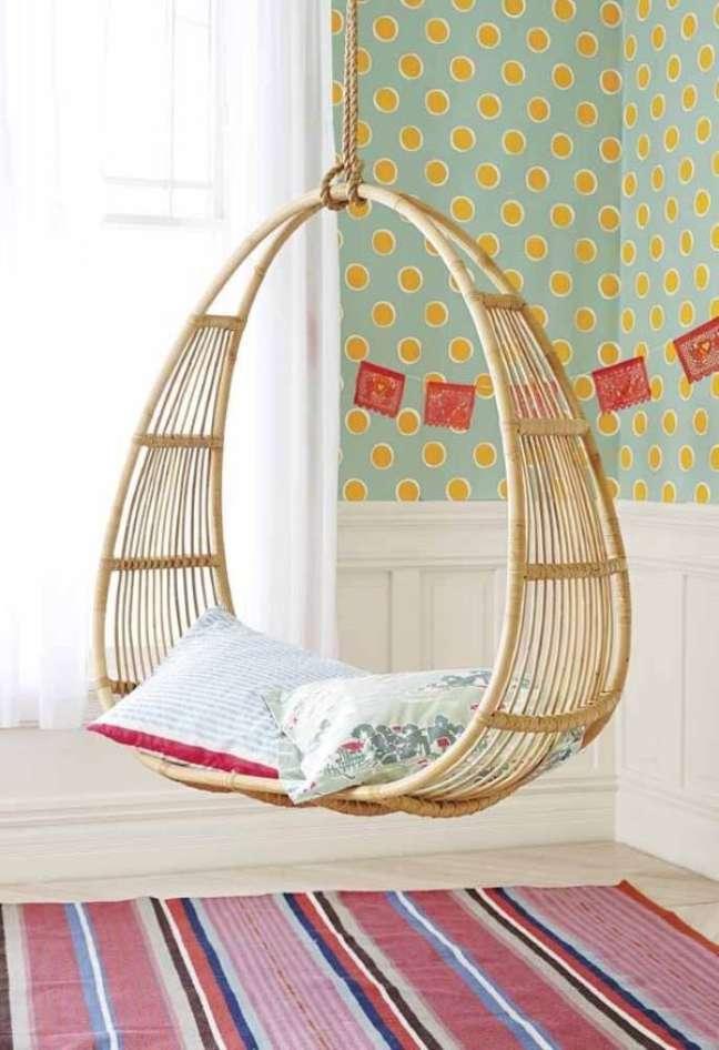 10. Balanço de vime com almofadas grandes para quarto infantil colorido – Foto Serena and Lily
