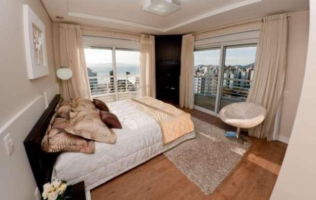 22. Decoração de quarto com almofadas grandes – Foto Martins Archdesign