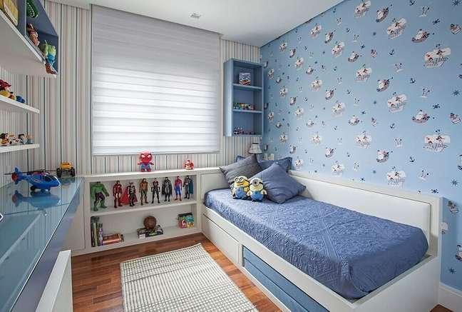 8. Papel de parede para decoração de de quarto infantil masculino pequeno azul e branco – Foto: Karina Korn