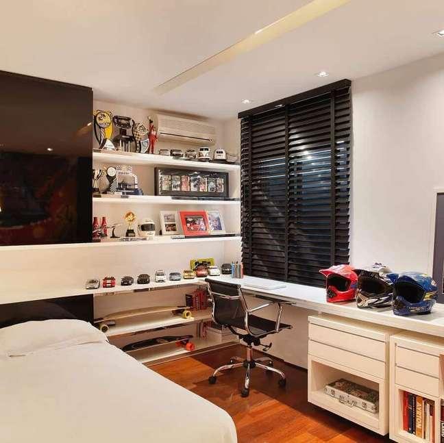 25. Decoração de quarto pequeno masculino com escrivaninha de canto e persiana preta – Foto: Juliana Affonso Arquitetura