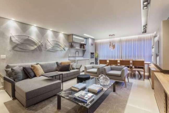 38. Sala com sofá cinza e almofadas grandes confortáveis – Foto Ana Cláudia Mendes Fontes