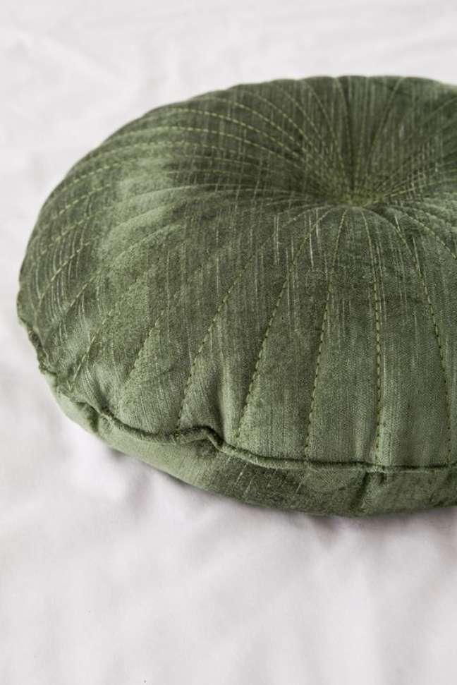 19. Decoração com almofadas grandes de tecido de veludo verde – Foto Urban Outifitteres